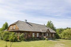 Hölzernes Landhaus im Museum in Tokarnia, Polen Stockfotos