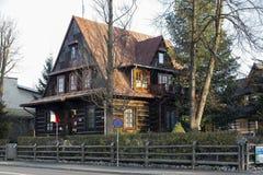 Hölzernes Landhaus und mehrfaches Neigungsdach stockfotografie