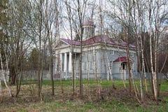 Hölzernes Landsitzhaus in Russland Stockbild