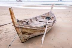 Hölzernes longtail Boot auf Strand in Ko Lanta, Thailand lizenzfreies stockbild