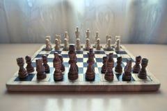 Hölzernes materielles Schachbrett des Retrostils mit Schachfiguren stellte bereit zum strategischen Psychospiel ein Fokus auf Pfa stockfoto