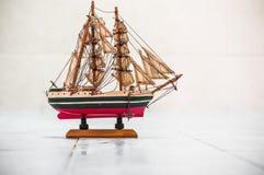 Hölzernes Miniaturschiff Stockbilder