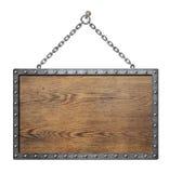 Hölzernes mittelalterliches Schild oder Zeichen mit Metallrahmen stockfotos