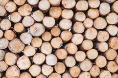 Hölzernes Muster der Nahaufnahme am Stapel des alten hölzernen Bauholzes maserte Hintergrund Stockfoto