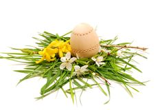 Hölzernes Osterei in einem bunten Frühlingsnest Stockfotografie
