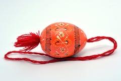 Hölzernes Osterei mit der roten Schnur lizenzfreies stockfoto