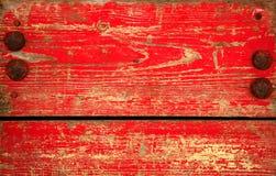Hölzernes Panel mit abgebrochenem rotem Lack. Grunge Art Stockfotos