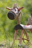 Hölzernes Pferd auf Gras Stockfoto