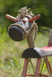 Hölzernes Pferd auf Gras Stockfotos