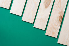 Hölzernes Plankenbraun auf Grün stockbilder