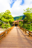 Hölzernes Plattform-Kappa Bashi Brücke zentriertes V Kamikochi Stockfoto