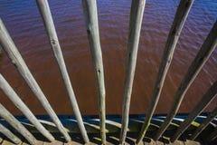 Hölzernes Pole-Plattform-Zaun-Wasser Stockbild