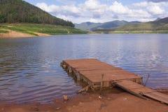 hölzernes Pontonboot mit Mae Ngad Dam und Reservoir in Mae Taeng Lizenzfreie Stockfotos