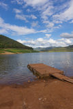 hölzernes Pontonboot mit Mae Ngad Dam und Reservoir in Mae Taeng Lizenzfreie Stockbilder
