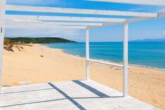 Hölzernes Portal auf einem sandigen Strand Stockbild
