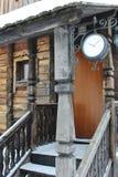 Hölzernes Portal des hölzernen Hauses mit Borduhr Lizenzfreie Stockfotos