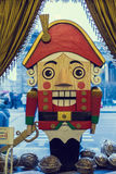 Hölzernes Puppe Nussknacker-Weihnachtsdekorations-Shopfenster Stockfotos