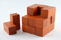 Hölzernes Puzzlespiel des ungelösten hellbraunen Würfels 3D Stockfoto