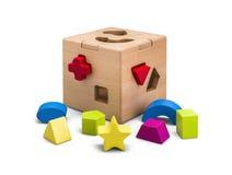 Hölzernes Puzzlespielkastenspielzeug mit den bunten Blöcken lokalisiert auf Weiß mit Beschneidungspfad Lizenzfreies Stockbild