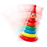 Hölzernes Pyramide-Trommel-Spielzeug auf einem Weiß Stockfotos