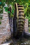 Hölzernes Rad einer alten Wassermühle in den botanischen Gärten von Balchik und im Palast der rumänischen Königin Marie in Bulgar stockbilder