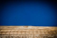 Hölzernes Regal und blaue Wand Stockbild