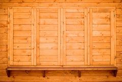 Hölzernes Regal und Blendenverschlüsse Lizenzfreies Stockfoto