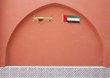 Hölzernes rustikales Flugzeug mit Staatsflagge UAE Stockfotos