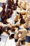 Hölzernes Schach auf dem Schachbrett Stockbild