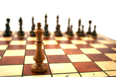 Hölzernes Schach auf hölzernem Schachbrett Stockfotos