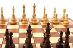 Hölzernes Schach auf hölzernem Schachbrett Stockbild