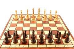 Hölzernes Schach auf hölzernem Schachbrett Stockfoto