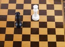 Hölzernes Schachbrett mit Zahlen Stockbilder