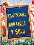 Hölzernes Schild der Weinlese an einem angemessenen Ankündigungskaffee auf spanisch stockbild