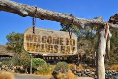 hölzernes Schild der Weinlese mit Textwillkommen zur Walfischbucht Hängen an einer Niederlassung Stockfotografie