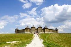 Hölzernes Schloss auf einem Hügel Stockfotos