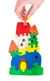 Hölzernes Schlosspuzzlespielspielzeug hergestellt von den Farbblöcken Stockfoto