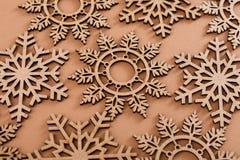 Hölzernes Schneeflockenmuster auf beige Hintergrund Lizenzfreies Stockfoto