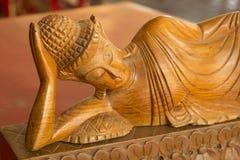 Hölzernes Schnitzen Buddhas Hölzernes Schnitzen der thailändischen Art Stockfotografie
