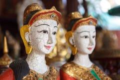 Hölzernes Schnitzen der thailändischen Frau Stockfotografie