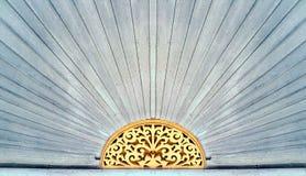 Hölzernes schnitzendes Muster über der Tür des Hauses der chinesischen Art Stockbild