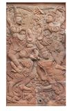 Hölzernes schnitzendes sclupture des Ramakien-Leistungsmannes und des weiblichen Schutzengels mitten in dem Himmelswald lokalisie Stockfotos
