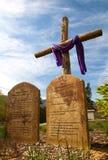 Hölzernes schroffes Kreuz mit 10 Geboten Stockfotos