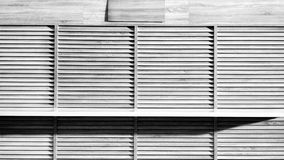 Hölzernes Schwarzweiss-Schaufenster mit worktop lizenzfreie stockfotografie