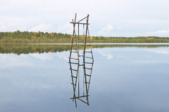 Hölzernes Schwingen über Wasser Stockbild