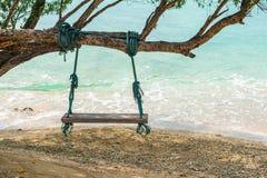 Hölzernes Schwingen auf dem Strand Stockfotografie