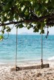 Hölzernes Schwingen auf einem exotischen Strand - Insel Ko Kham, Thailand, Andaman-Meer stockfotografie