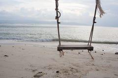 Hölzernes Schwingen des Seils auf der Küste stockbilder