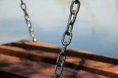 Hölzernes Schwingen durch den See Lizenzfreie Stockfotos
