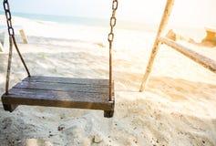 Hölzernes Schwingen im Strand Stockfotos